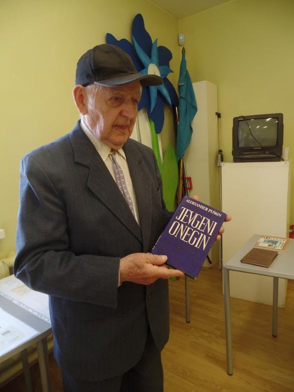 Эино Сепп передал пярнускому поэтическому клубу «Надежда» бесценную коллекцию