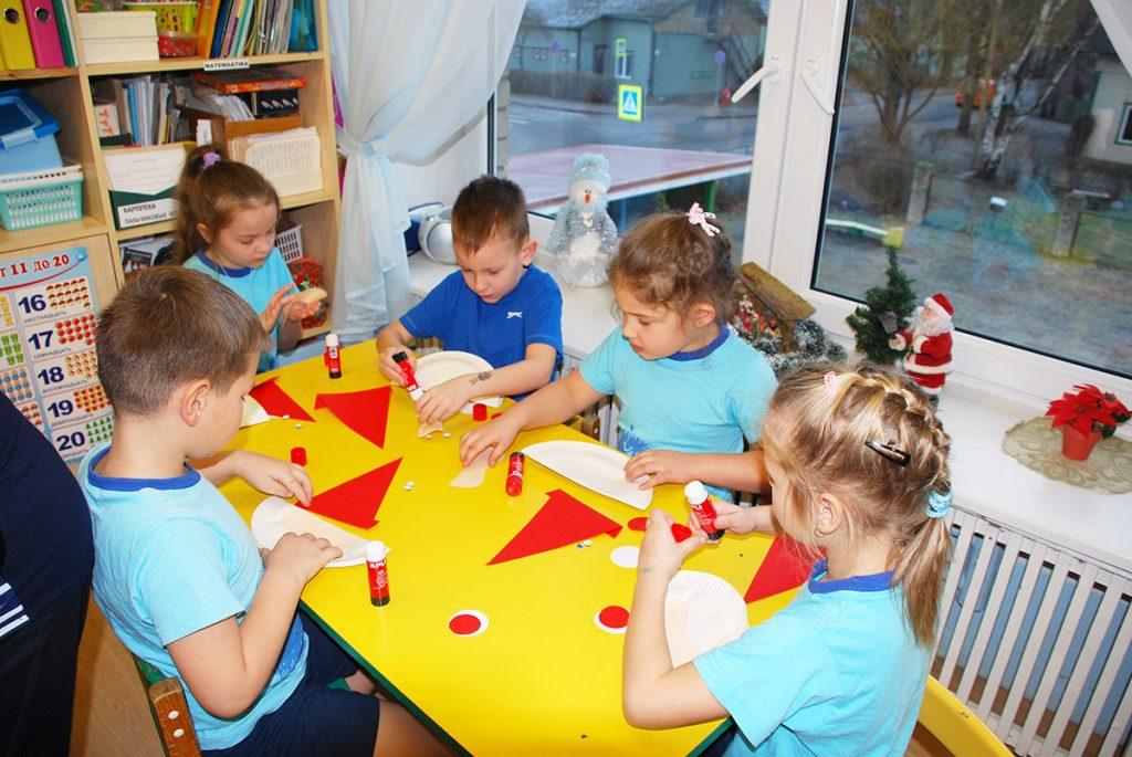 """Детей пярнуского детского сада """"Келлуке"""" посетили веселые гномики"""