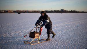 Пярнуские спасатели помогли двум латвийским рыбакам вернуться на берег