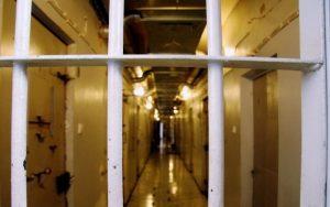 В арестном доме Пярну пьяную женщину на три с половиной часа приковали к кровати